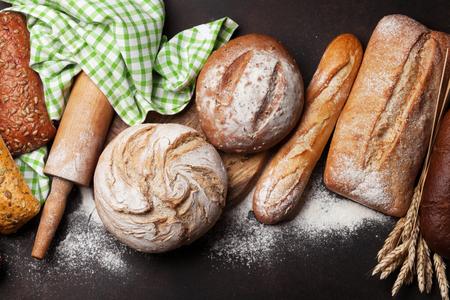 Varios panes y bollos crujientes Foto de archivo
