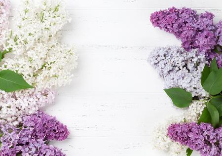Bunte lila Blumen über hölzernen Hintergrund . Draufsicht mit Platz für Ihren Text