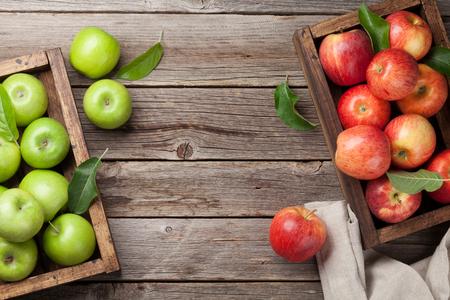Rijpe groene en rode appels in houten doos. Bovenaanzicht met ruimte voor uw tekst