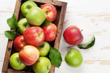 Pommes vertes et rouges mûres dans une boîte en bois. Vue de dessus avec un espace pour votre texte Banque d'images - 102406493