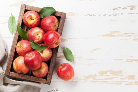 Ripe red apples on wooden table. Top view with space for your text Standard-Bild