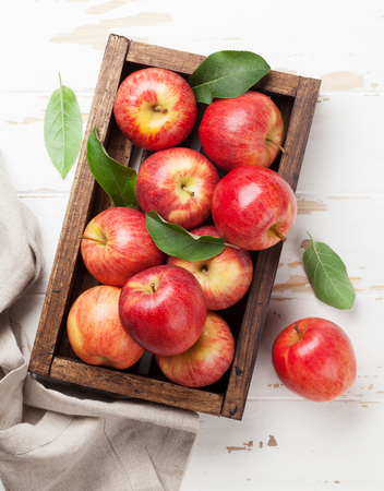 木箱に赤いりんごを熟した。トップ ビュー 写真素材 - 103986982