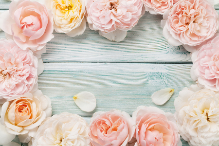 Garden rose flowers on wooden background. Top view with copy space Standard-Bild - 103987409