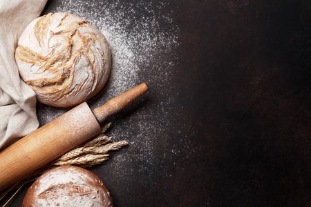 Hausgemachtes knuspriges Brot, das auf Steintisch kocht. Draufsicht mit Platz für Ihren Text Standard-Bild - 108296712