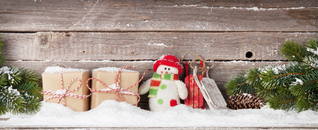 Christmas gift boxes, snowman toy and xmas fir tree branch. View with space for your greetings 版權商用圖片 - 109898116
