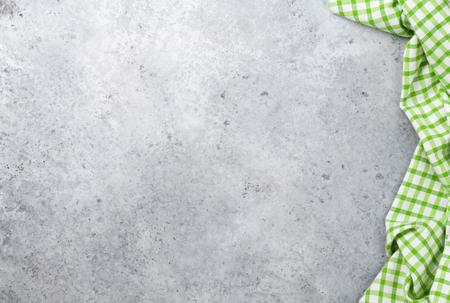 Tavolo da cucina in pietra con canovaccio o tovagliolo. Vista dall'alto con spazio per il tuo pasto o ricetta