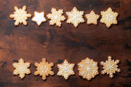 Christmas card with gingerbread cookies on wooden table. Top view with space for your greetings 版權商用圖片
