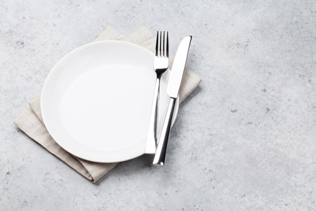 Impostazione della tabella. Piatto vuoto, coltello, forchetta e tovagliolo. Vista dall'alto e piatto con spazio di copia