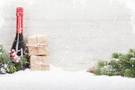 Cajas de regalo de Navidad, botella de champagne y rama de abeto de Navidad. Ver con espacio para tus saludos Foto de archivo