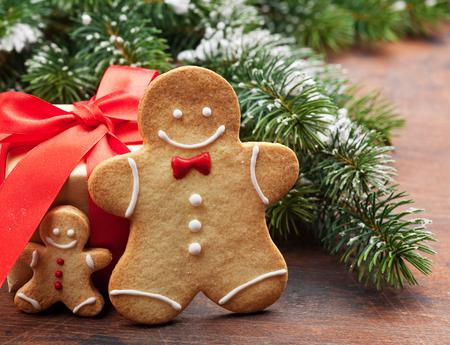 Christmas greeting card with gingerbread cookies and xmas gift box 版權商用圖片