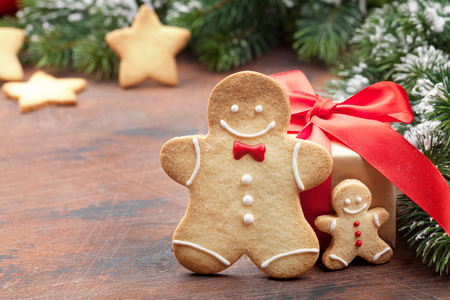 Christmas greeting card with gingerbread cookies and xmas gift box. With space for your greetings 스톡 콘텐츠