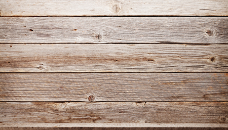 Leeres Holzregal vor Holzwand mit Kopierraum