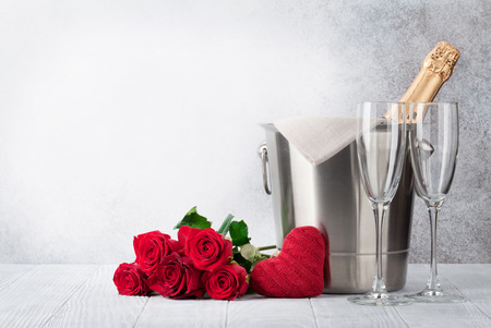 Valentine's day greeting card with champagne in bucket and rose flowers bouquet. With space for your greetings Standard-Bild - 114733249