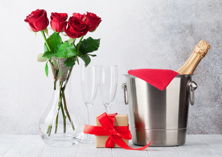 Valentine's day greeting card with champagne in bucket and rose flowers bouquet. With space for your greetings Standard-Bild