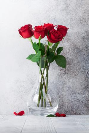 Rote Rose blüht Blumenstrauß vor Steinmauer