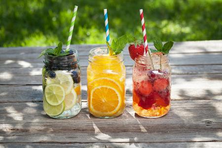 Frisches Limonadenglas mit Sommerfrüchten und Beeren