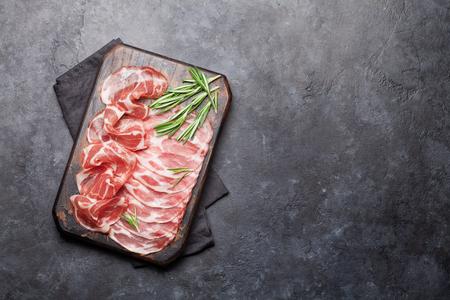 Traditioneller spanischer Jamon, Prosciutto Crudo, italienische Salami, Parmaschinken. Antipasti-Teller. Draufsicht flach. Mit Kopierraum Standard-Bild