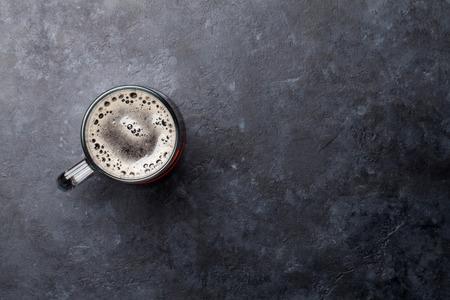 Glas dunkles Porterbier auf Steintisch. Draufsicht flach mit Kopierraum Standard-Bild