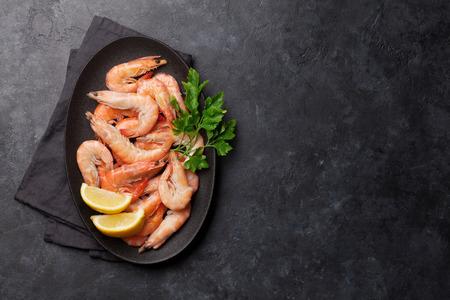 Crevettes tigrées cuites à la vapeur avec persil et citron. Vue de dessus avec espace de copie pour votre texte Banque d'images