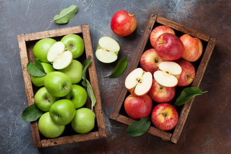 Ripe green and red apples in wooden box. Top view Imagens