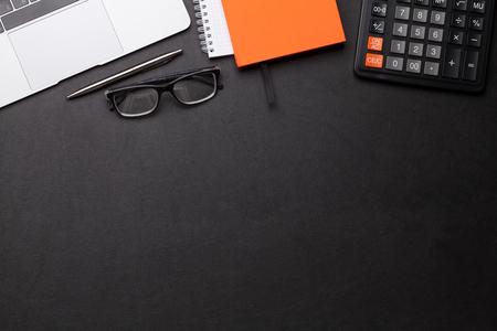 Mesa de trabajo de oficina con suministros y computadora. Endecha plana. Vista superior con espacio para tus objetivos