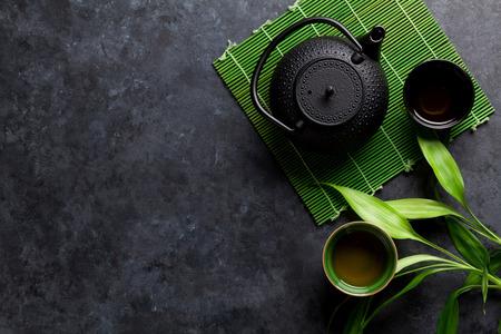 Grüner japanischer Tee auf Steintisch. Draufsicht mit Kopienraum Standard-Bild