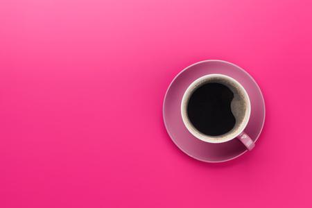 Lila Kaffeetasse über lila Hintergrund. Draufsicht flach mit Kopierraum
