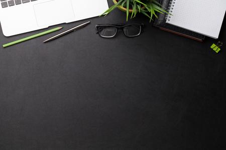 Büroarbeitsplatztisch mit Zubehör und Computer. Flach liegen. Draufsicht mit Platz für Ihre Ziele