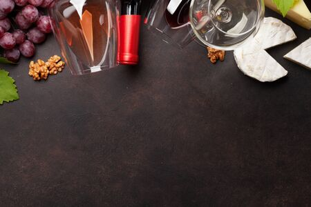 Various wine, grape and cheese on stone table. Top view flat lay with copy space for your text Banque d'images