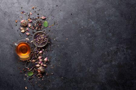 Mezcla de diferentes tés secos de frutas y hierbas sobre piedra