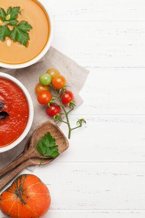 Zupa jarzynowa z pomidorów i dyni na drewnianym stole. Widok z góry z miejsca na kopię. Płaskie ułożenie Zdjęcie Seryjne