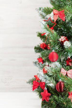Biglietto di auguri di Natale con abete di Natale decorato e spazio per i tuoi saluti