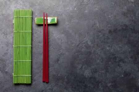Japanische Essstäbchen auf Steintisch. Asiatisches Lebensmittelkonzept. Draufsicht flach mit Kopierraum