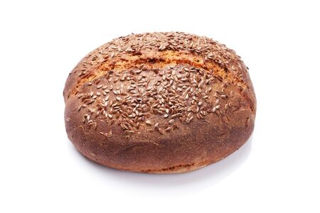 Domowy chleb z nasionami. Na białym tle