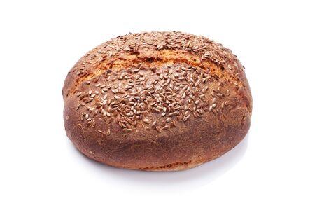 Hausgemachtes Brot mit Samen. Isoliert auf weißem Hintergrund