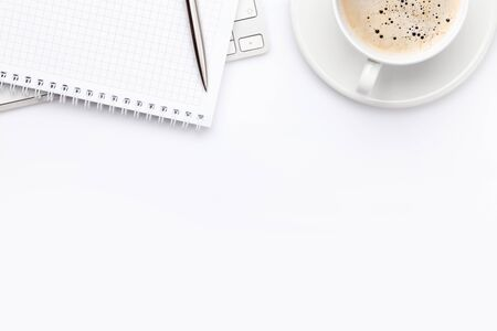 Büroarbeitsplatz-Schreibtisch mit Computer, Zubehör und Kaffee. Draufsicht mit Platz für Ihren Text oder Ihre App. Flach legen