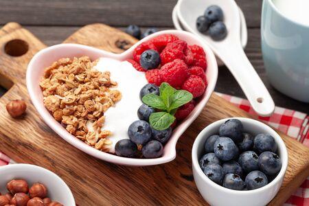 Healthy breakfast with homemade granola with yogurt and fresh berries Foto de archivo
