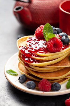 Delicious homemade pancakes with summer berries and jam Banque d'images