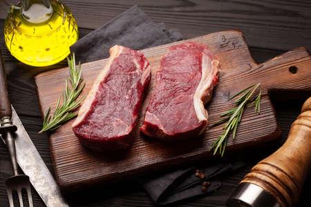 Raw beef steak on cutting board 免版税图像