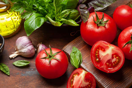 Italian cuisine ingredients. Garden tomatoes, herbs and spices 免版税图像