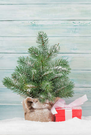 Christmas greeting card with fir tree and gift box 免版税图像