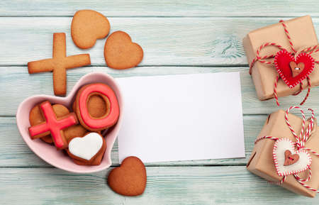 Valentines day concept greeting card with gingerbread cookies and gift boxes. Top view flat lay with copy space Standard-Bild