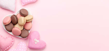 Valentines day with handmade craft hearts and macaroons over pink background with copy space Imagens - 162298783
