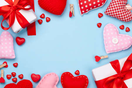 Valentines day greeting card template. Gift boxes, heart decor and candy sweets over blue background. Top view flat lay with copy space Imagens - 162298870