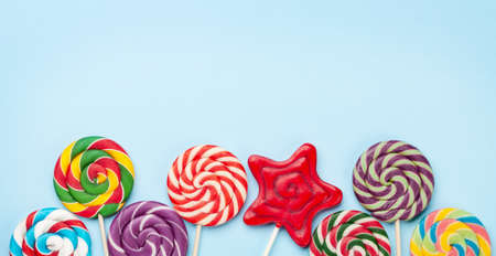 Various sweets assortment. Candy lollipops over blue background. Top view flat lay with copy space Imagens - 162298922