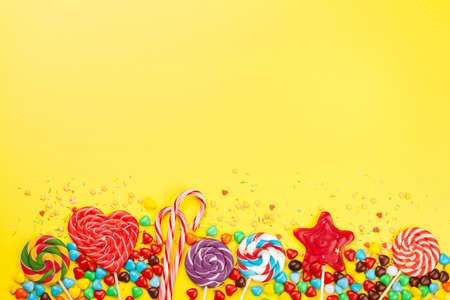 Various sweets assortment. Candy, bonbon and lollipop on yellow background. Top view flat lay with copy space Imagens - 162298964