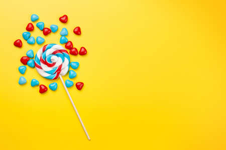 Various sweets assortment. Candy and lollipops on yellow background. Top view flat lay with copy space Imagens - 162298972