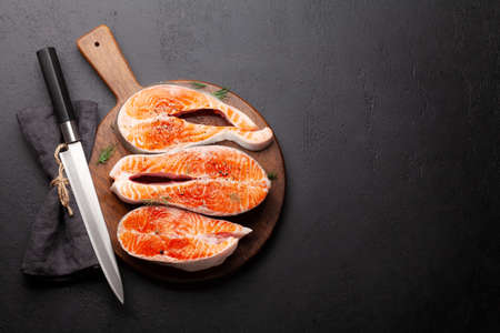 Fresh raw salmon cooking. Fish steaks with herbs and spices. Top view flat lay with copy space Banque d'images