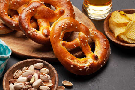 Lager beer mug, nuts, potato chips and fresh baked homemade pretzel with sea salt. Classic beer snack Banque d'images