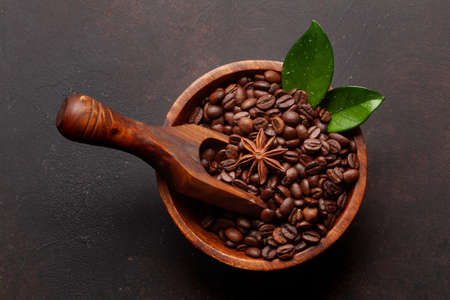 Roasted coffee beans in wooden bowl. Top view flat lay Banque d'images